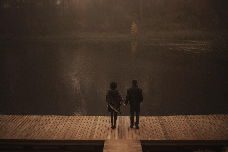 sesja narzeczeńska, Tomasz Konopka, fotografia ślubna Śląsk, Złoty Potok, sesja w mgle, klimatyczna sesja narzeczeńska,sesja z psem ,